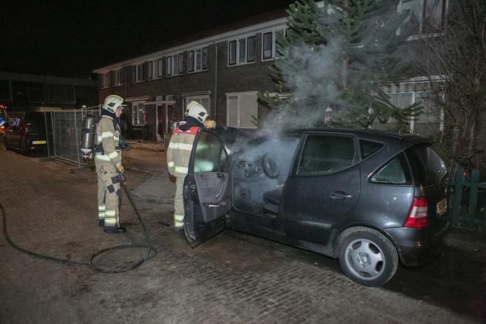 De uitgebrande auto aan de Schimmelpennincklaan in Arnhem