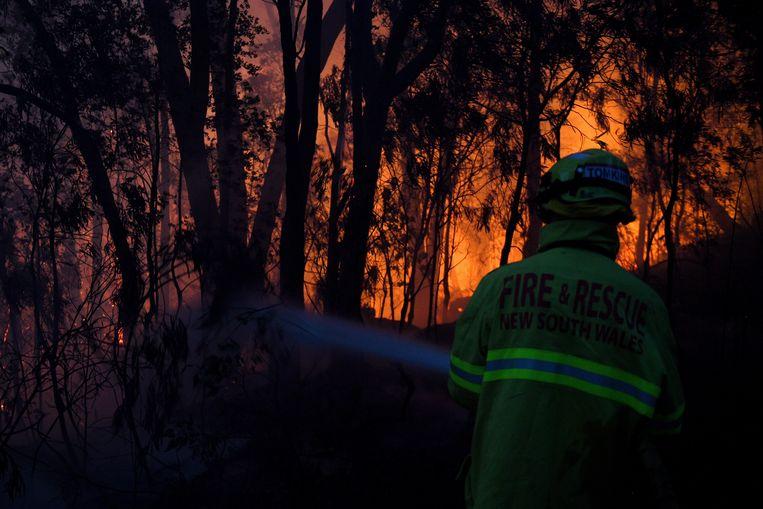 Een brandweerman bestrijdt het vuur in New South Wales. Archiefbeeld.