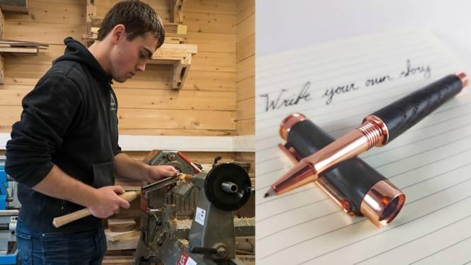 """Student Dennis (21) uit Vosselaar maakt kantoormateriaal van zieke of dode bomen: """"Mijn pennen vertellen altijd een verhaal"""""""