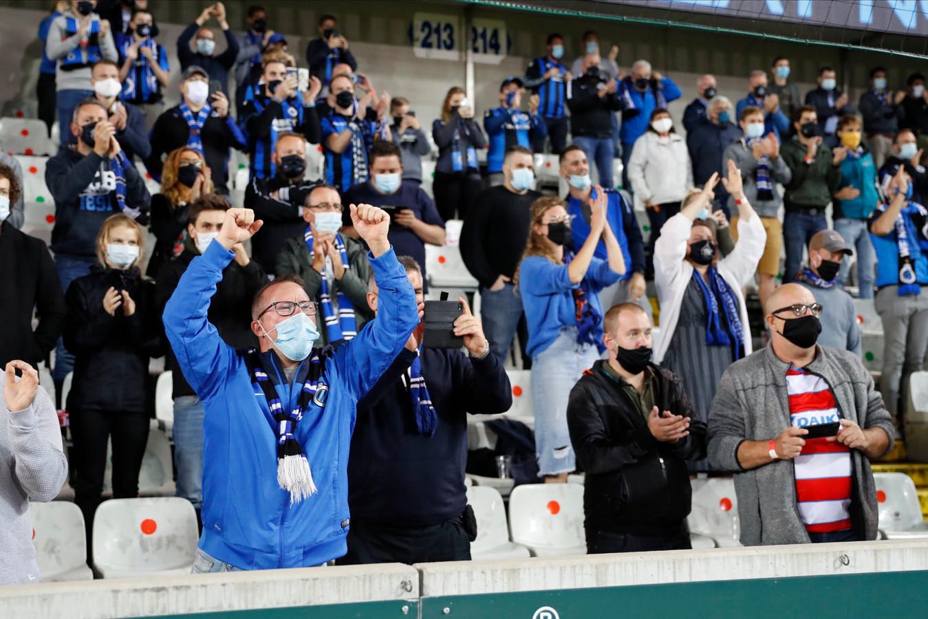De supporters van Club Brugge juichen - eindelijk opnieuw in Jan Breydel - bij een van de doelpunten van hun team.