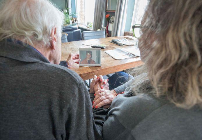 Chris van der Linden (links) met zijn vrouw Karien en de foto van hun overleden zoon Joost.