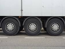 Truck rijdt weg, oplegger blijft staan in Axel