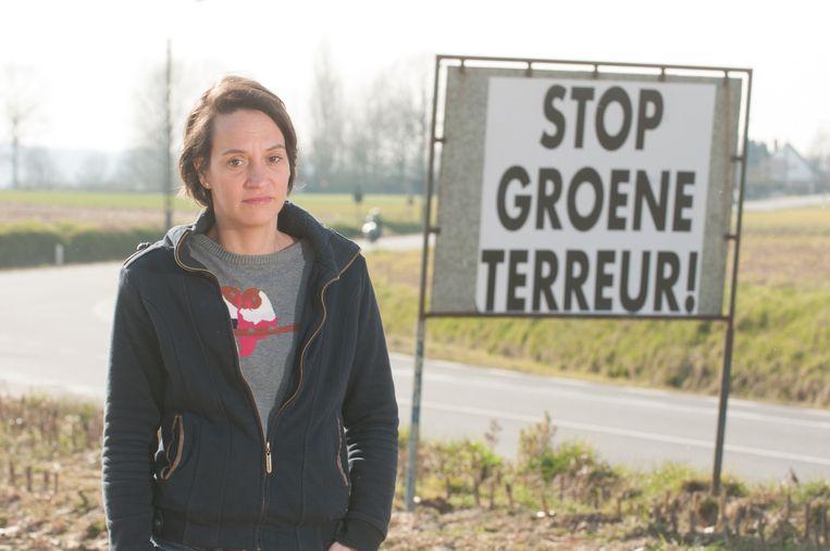 Elisabeth Meuleman bij een protestbord langs de N8 in Oudenaarde.