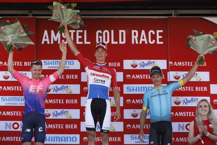 Mathieu van der Poel (M) wint de Amstel Gold Race.  Simon Clarke (L) wordt tweede en Jakob Fuglsang (R) wordt derde.  Beeld ANP