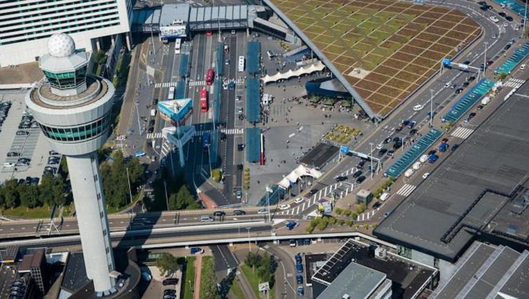 De woordvoerder van Schiphol zegt dat reizigers rekening moeten houden met mogelijk flinke vertragingen. Beeld ANP