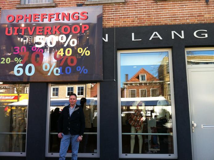 Rik van Lange voor zijn winkel in Zevenbergen.