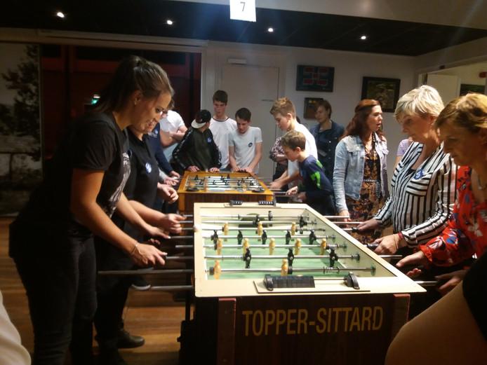 Deelnemers aan het Biestse tafelvoetbaltoernooi in actie.
