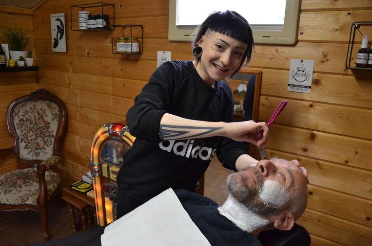 Jill De Strycker verzorgt de baard van haar klant Piet tot in de puntjes.