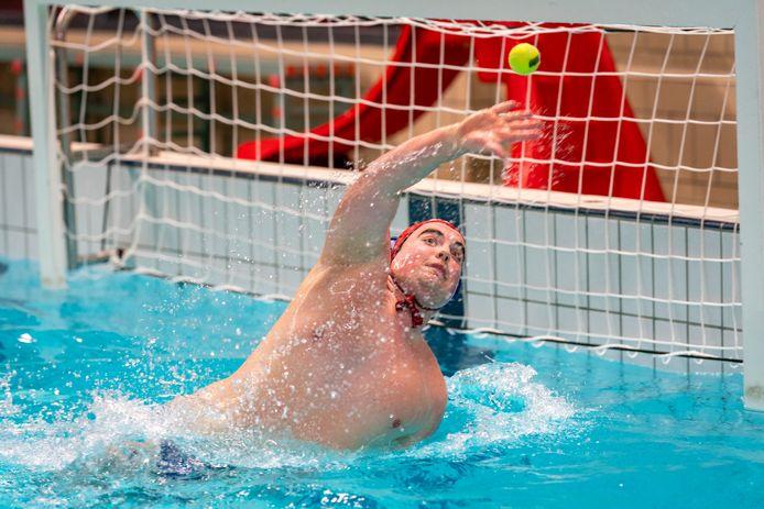 Dennis Nieman wordt met tennisballen onder vuur genomen op de training van het Betuwse Thetis.