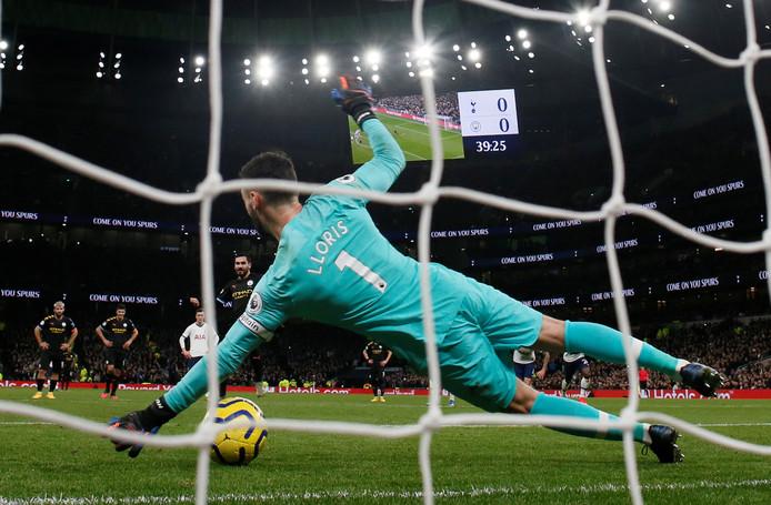 Hugo Lloris keert de pingel van Ilkay Gündogan tijdens Spurs-City.