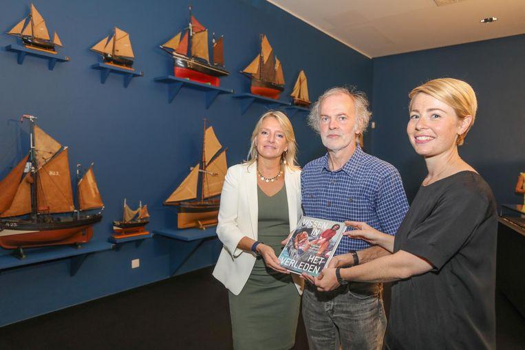 Ann Katrien Lescrauwaet, Jan Parmentier en Ruth Pollet in de exporuimte met het nieuwe boek.