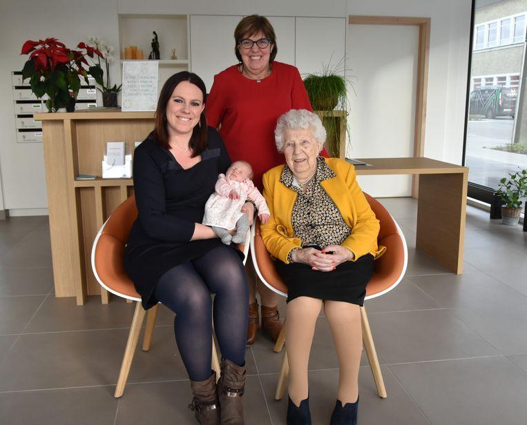 Baby Esmée De Groote en mama Ilse Carrette (33), geflankeerd door overgrootmoeder Yvonne Rabaey (92) en oma Marleen Demeyer (61)