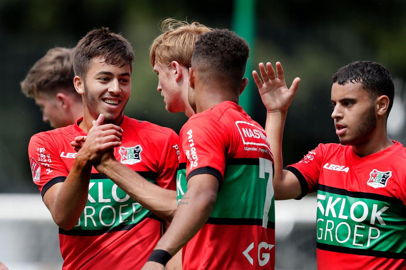 Souffian El Karouani (links) feliciteert Anton Fase (7) met zijn eerste doelpunt voor NEC.