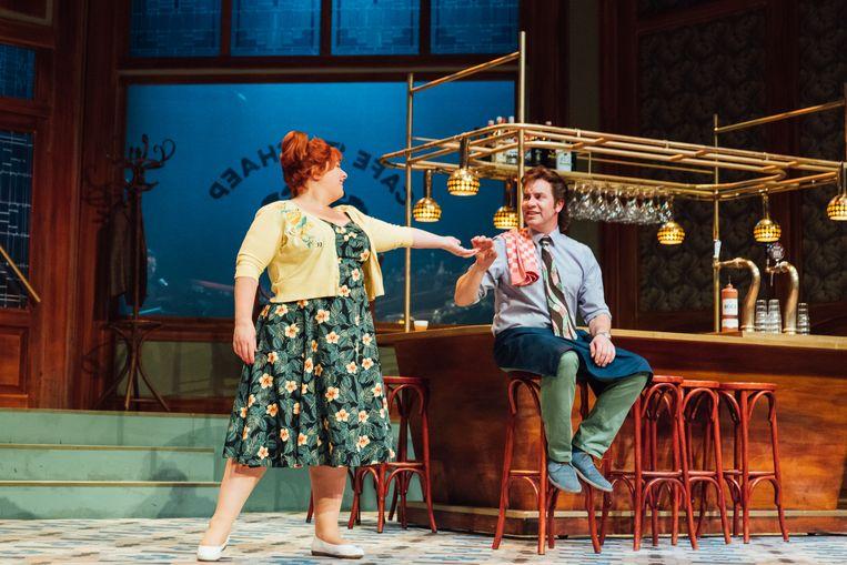 Buurvrouw Doortje (Eva van der Gucht) en barman Kootje (Jeroen van Koningsbrugge) in de musical 't Schaep met de 5 pooten. Beeld Bram Willems