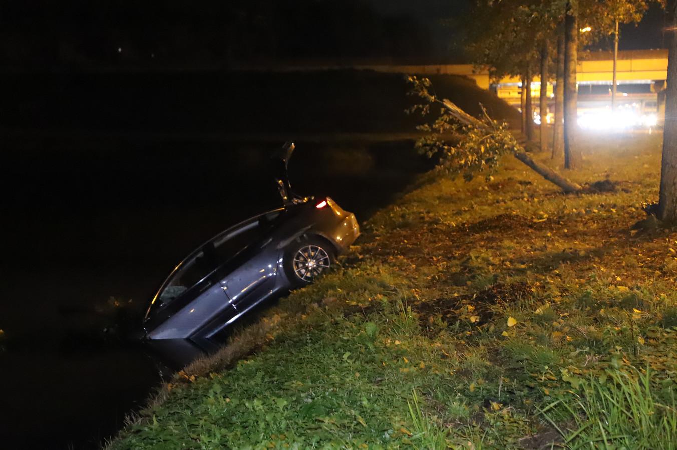 Een auto is in de sloot beland langs de A2 bij Deil.