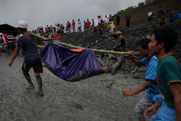 Reddingswerkers en vrijwilligers hebben meer dan 160 lichamen van mijnwerkers geborgen na een aardverschuiving in een jademijn.