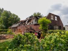 Brandweer was nog uren bezig met nablussen boerderijbrand Olland, schade aan woningen enorm