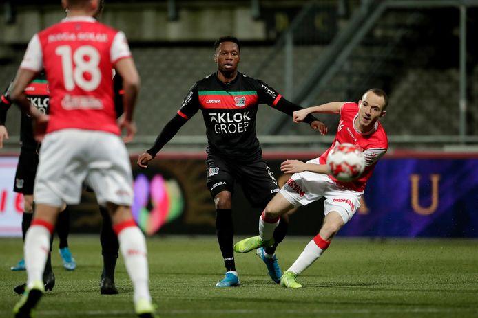 Jonathan Okita (midden) en Jerome Deom volgen de bal bij de laatste clash tussen NEC en MVV, vorig seizoen in De Geusselt.