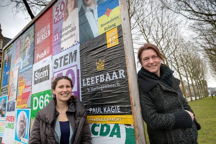 Christine Liebrecht (l) en Tefke van Dijk bij één van de  verkiezingsborden in Den Bosch. Dinsdag 20 maart maken zij de uitslag bekend van de verkiezing Slechtste Politieke Slogan 2018.