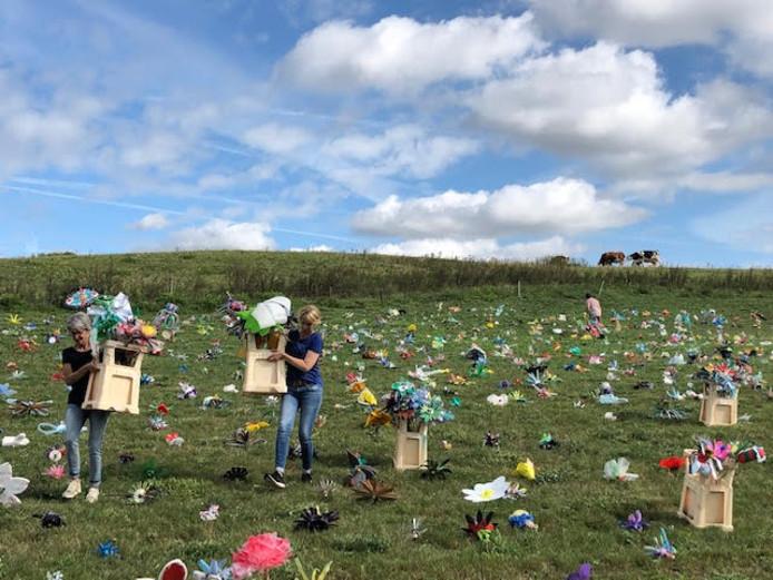 Kinderen planten 'afvalbloemen' op de voormalige vuilnisbelt aan de Vlagheide tussen Schijndel en Eerde.