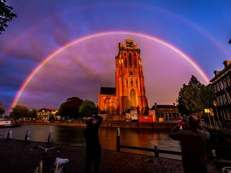 Dubbele regenboog omhelst de Dordtse Dom