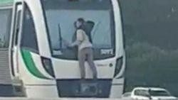 VIDEO: Man hangt tegen ruit van trein, die 110 km/u rijdt
