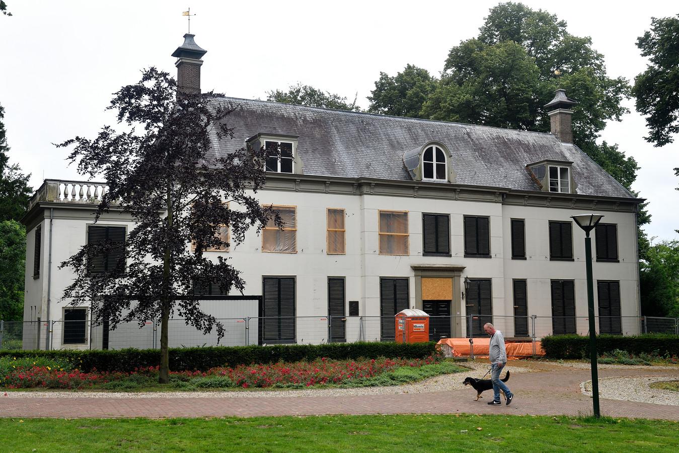 Huize Randenbroek. Tegen eigenaar Timo Kruft is aangifte gedaan door de gemeente Amersfoort vanwege sloopwerkzaamheden zonder vergunning.
