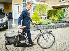 Burgemeester bezorgt in Houten de lintjes per fiets: 'Goeiemorgen, wat krijgen we nou?!'
