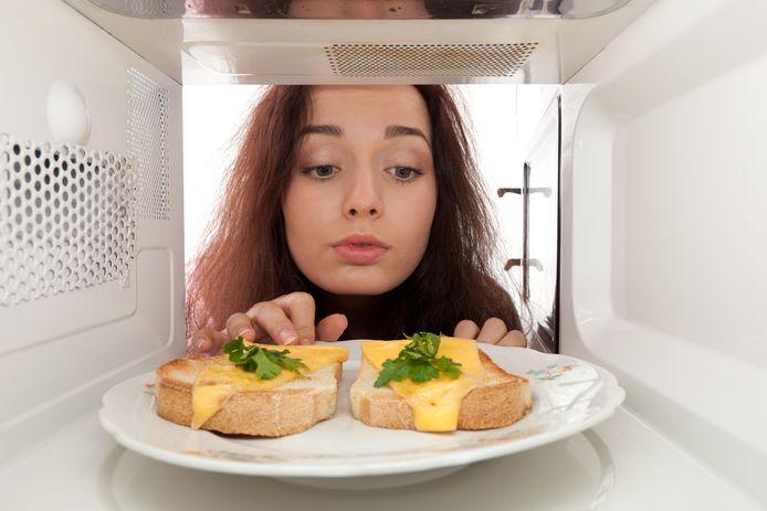 Schuif je je eten beter wel of niet in de magnetron? Wetenschapper Eric De Maerteleire geeft uitsluitsel.