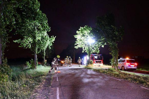 Brandweer en politie op de Hogeweg tussen Sluis en Aardenburg.