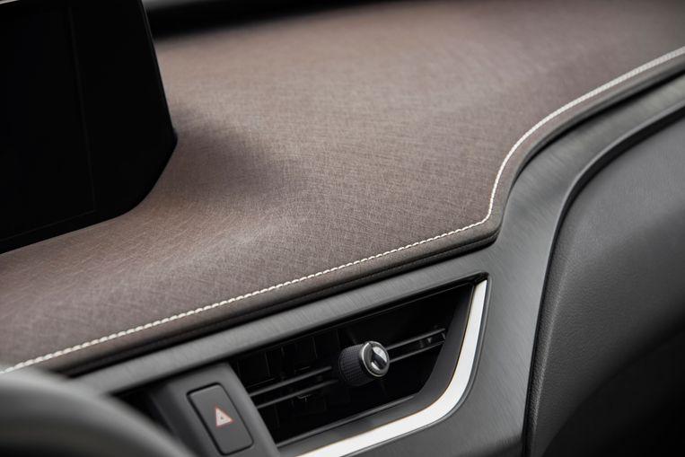 Het interieur is, zoals je mag verwachten van een auto in deze prijsklasse, luxe. Dit gedeelte verwijst subtiel naar het Japanse papier washi. Beeld