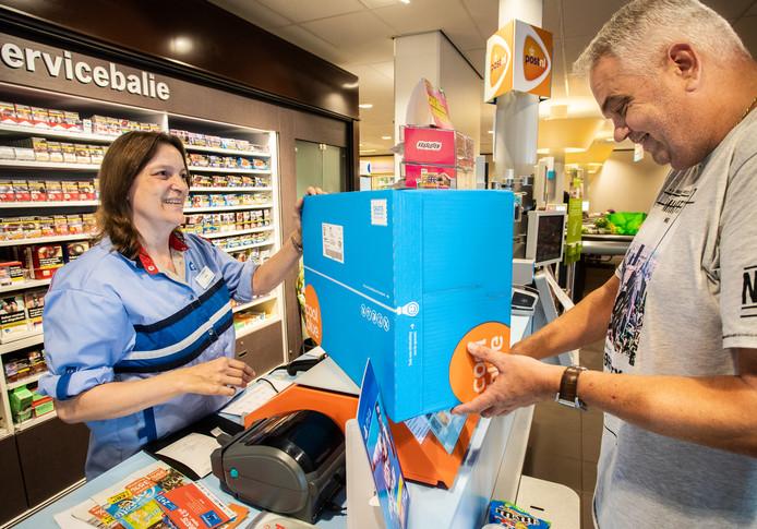 Medewerkster Petra de Crom ziet het aantal pakketjes alsmaar toenemen.
