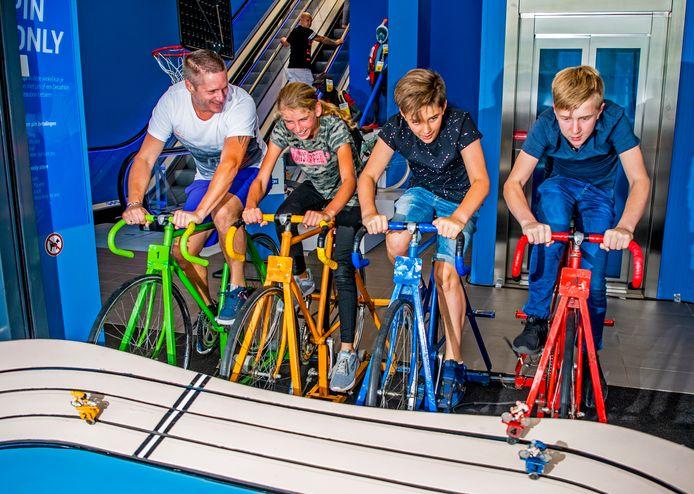 De try & buy-winkels van Decathlon geven bezoekers de mogelijkheid sporten uit te proberen en deel te nemen aan sportevenementen.