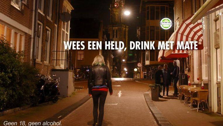 Beeld uit de nieuwe campagne van Heineken, die mannen maant tot het matigen van hun drankgebruik Beeld Heineken