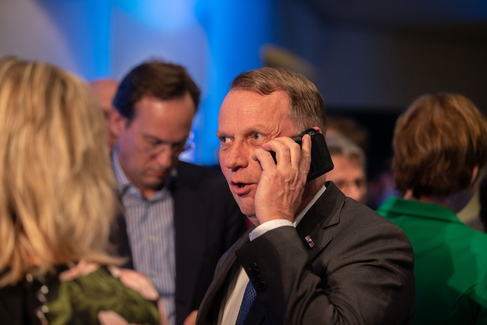 De verkiezingsavond op het provinciehuis in Lelystad. Jan de Reus (VVD) is in gesprek, Jan-Nico Appelman (CDA) kijkt op zijn telefoon.
