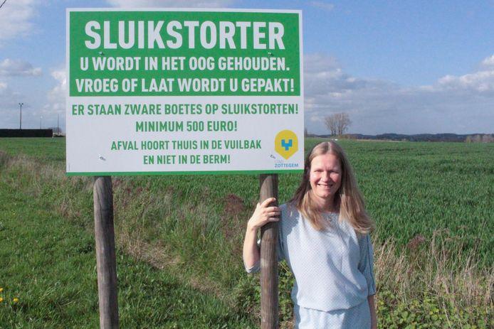 Schepen Leen Goossens moedigt de deelnemers aan de wandeltocht aan om zwerfvuil op te ruimen.