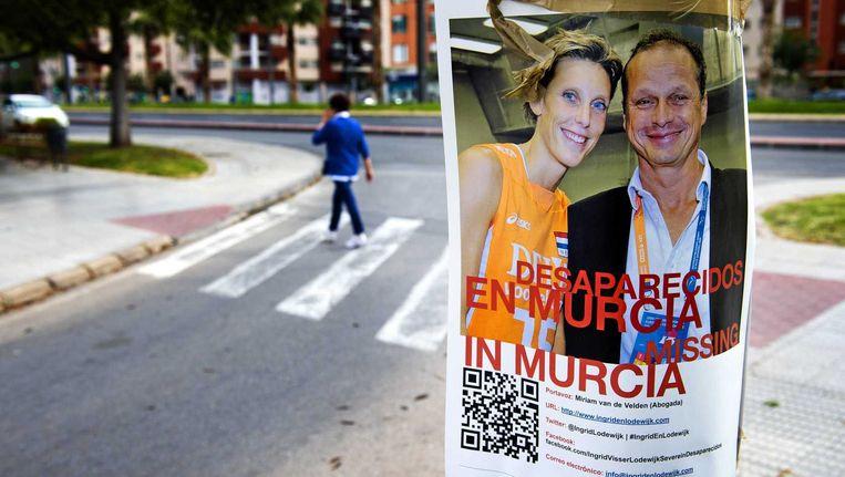 Een opsporingsposter voor Ingrid Visser en Lodewijk Severein in Murcia. Beeld anp