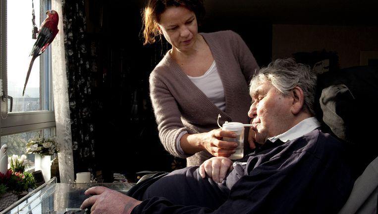 Een thuiszorgmedewerkster geeft een cliënt te drinken. Dit beeld komt uit een reportage over thuiszorgorganisatie Evita, niet over TSN, dat nu in de problemen is geraakt. Beeld ANP