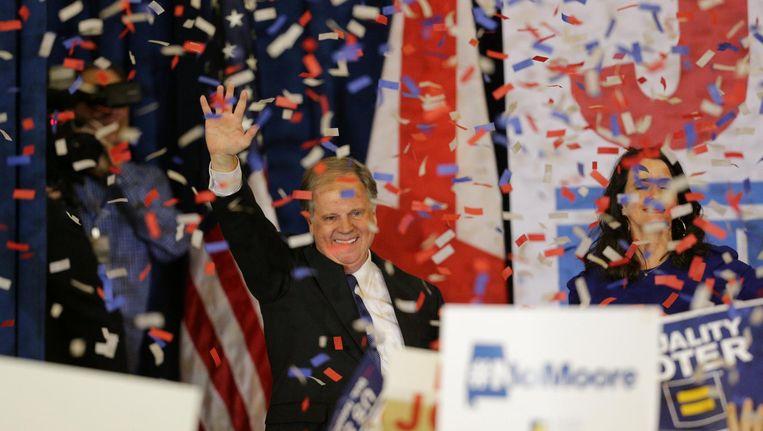 Democraat Doug Jones bedankt zijn kiezers tijdens het feest op de verkiezingsavond in Birmingham, Alabama. Beeld null