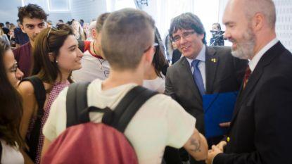 Veel studenten, politie en bewaking voor Puigdemont