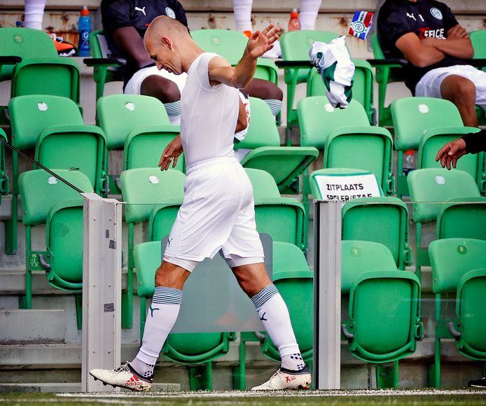 FC Groningen-PSV Arjen Robben verlaat gedesillusioneerd en geblesseerd  het veld na een half uur tegen PSV Foto ; Pim Ras