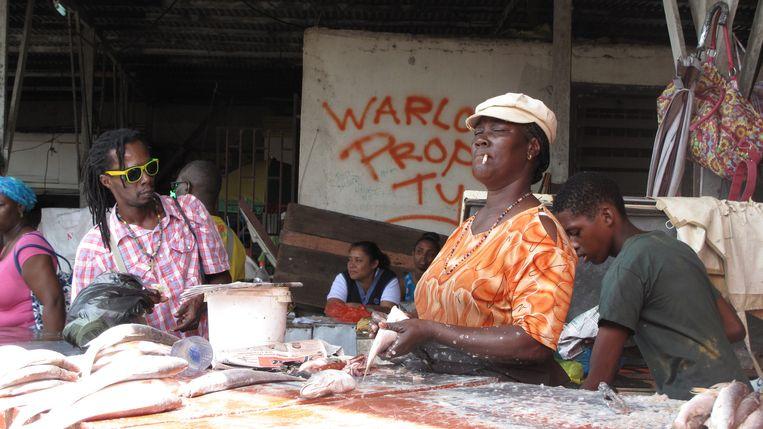 Verkopers op de Centrale Markt van Paramaribo. Beeld Iñaki Oñorbe Genovesi