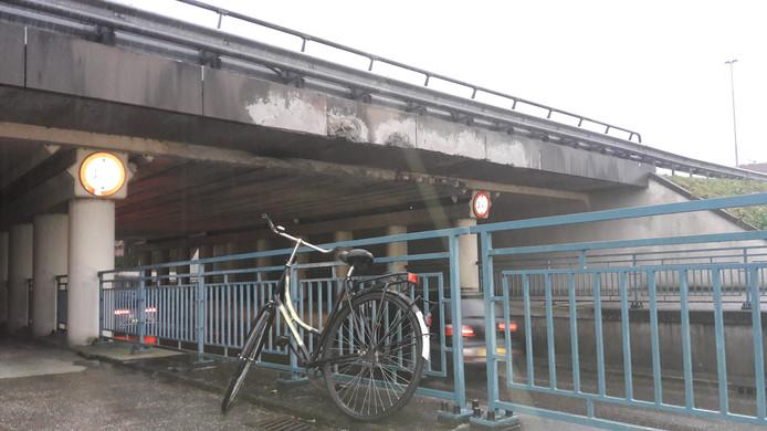 Aan de noordzijde van het viaduct aan de Hertog Janstraat in Waalwijk is duidelijk te zien dat de entree vaak is geraakt door vrachtwagens. Aan deze kant is de doorrijhoogte 30 centimeter lager dan aan de stadszijde.