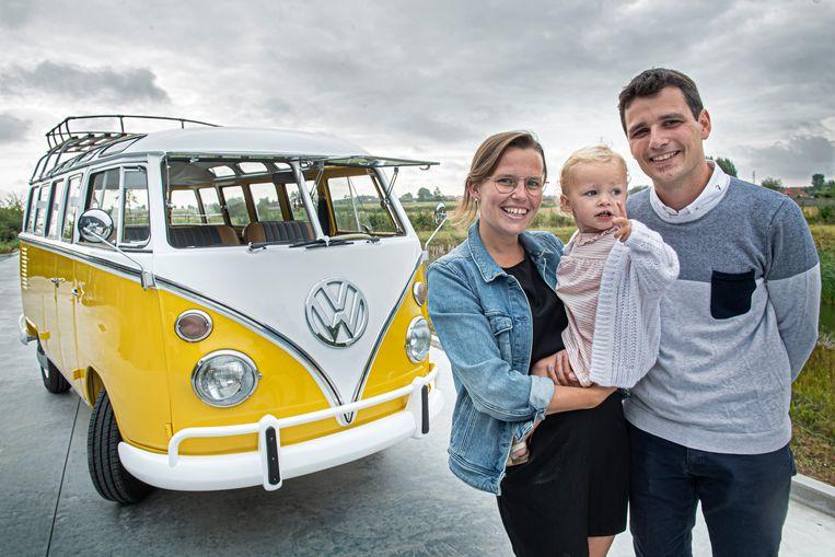 Ine Verduyn, Freek Teerlynck en dochtertje Merel bij het gele VW oldtimerbusje.