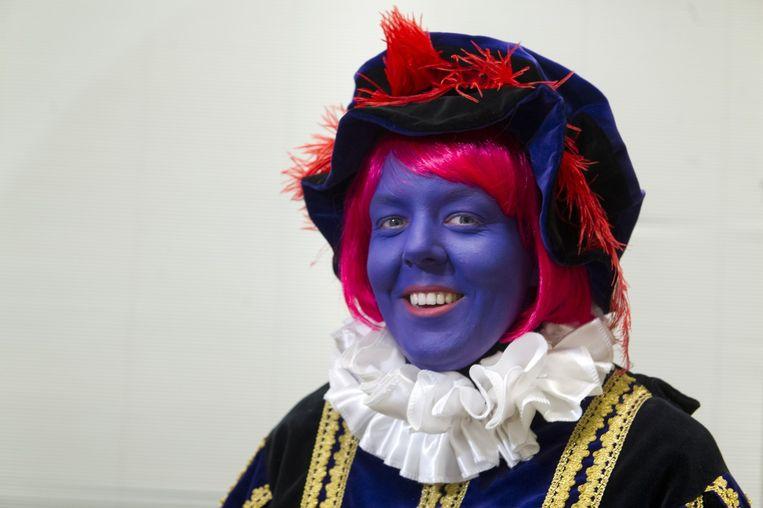 Tegenstanders van Zwarte Piet hebben in het tv-programma Knevel & Van den Brink een paarse piet met rood haar gepresenteerd. Beeld anp