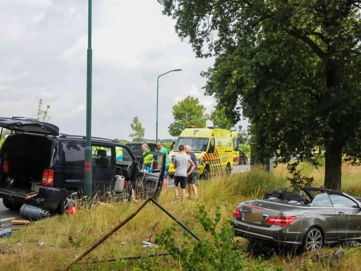 Bestuurder uit auto geslingerd bij ongeval in Budel, traumahelikopter opgeroepen