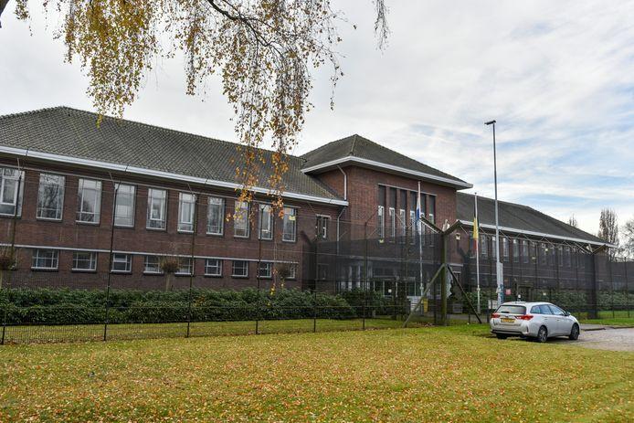 De Willem II-kazerne in beeld voor herontwikkeling naar woningbouw en een basisschool. Deze plannen zijn onveranderd, al zal de huidige crisis wel voor enige vertraging zorgen.