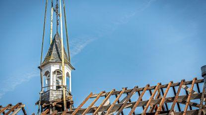 IN BEELD. Kraan haalt torenklokje van oud klooster, dat onder sloophamer verdwijnt
