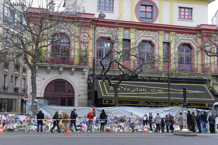 Sur cette photo prise le 29 novembre 2015, des gens se rassemblent pour déposer des fleurs devant la salle de concert du Bataclan à Paris, plus de deux semaines après les attentats du 13 novembre 2015.