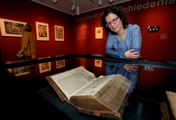 Marianne van Eekhout met de kanselbijbel.